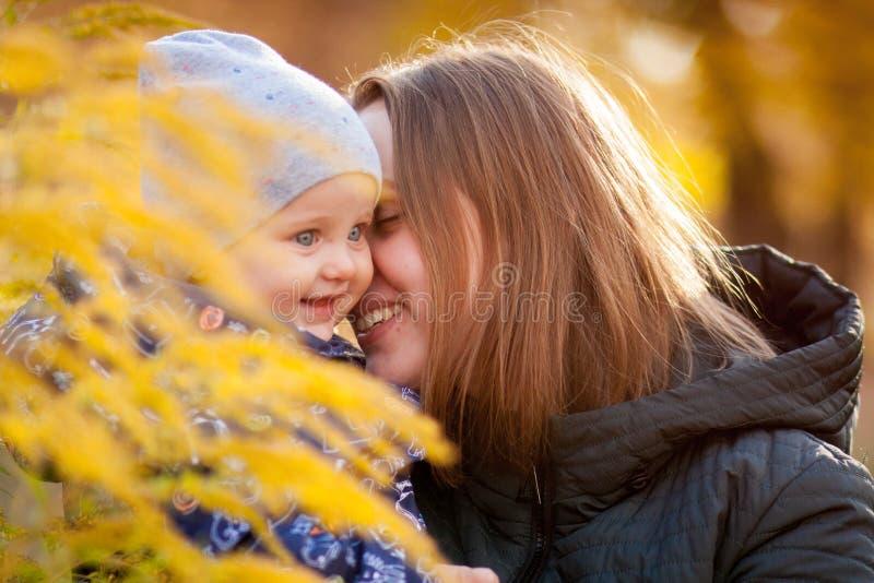 criança de riso no parque do outono foto de stock royalty free