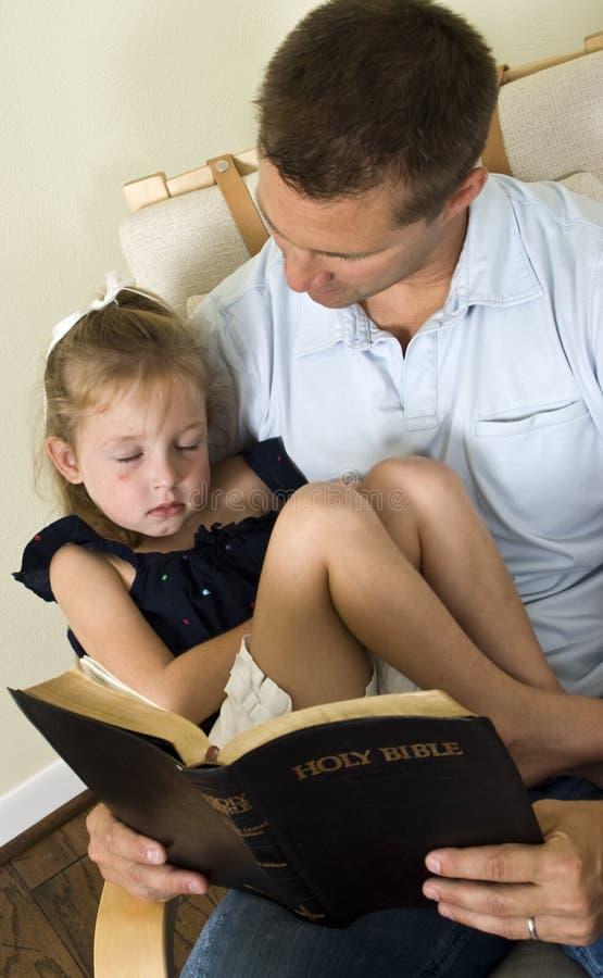 Criança de sono da Bíblia fotografia de stock