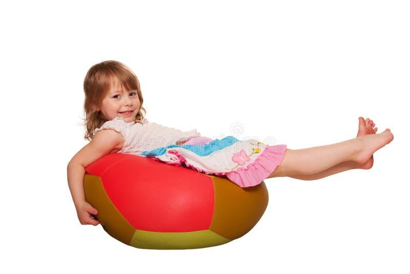 Criança de sorriso com bola da aptidão. Isolado no branco fotos de stock royalty free