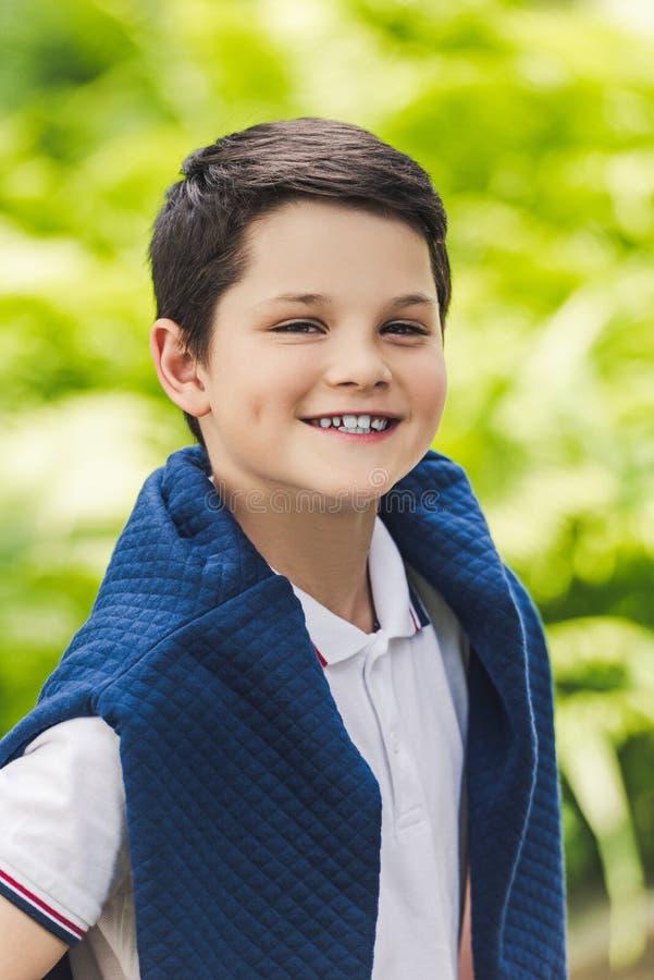 criança de sorriso com a ligação em ponte sobre a vista dos ombros fotos de stock royalty free