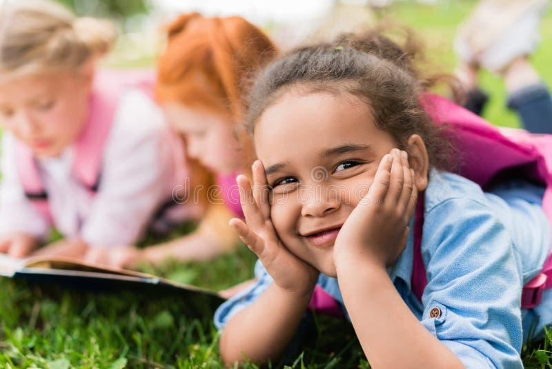 Criança de sorriso do americano africano fotos de stock
