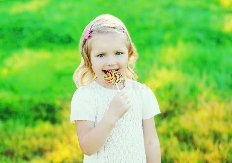 Download Criança De Sorriso Feliz Com O Pirulito Doce Do Caramelo Imagem de Stock - Imagem de divertimento, aprecíe: 65576073