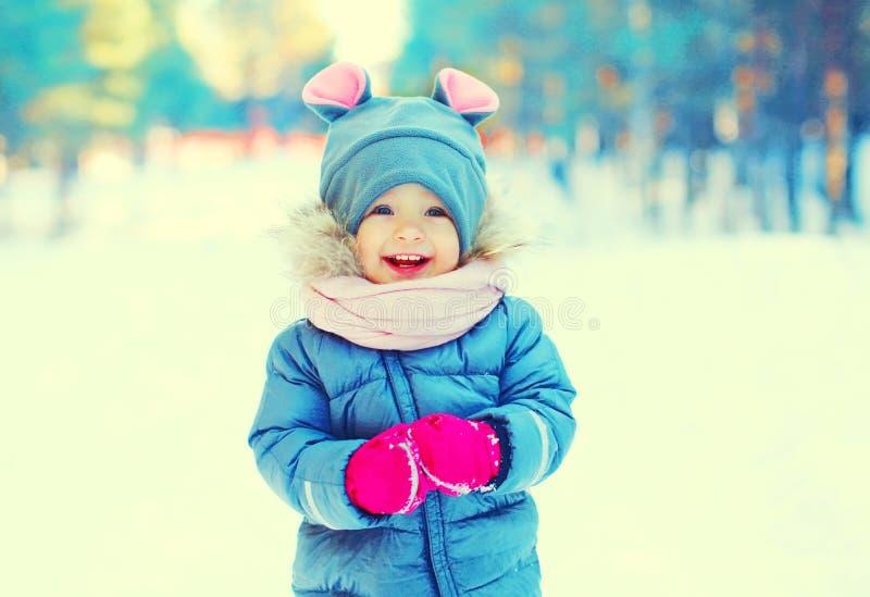 Criança de sorriso feliz do retrato do inverno que tem o divertimento imagem de stock