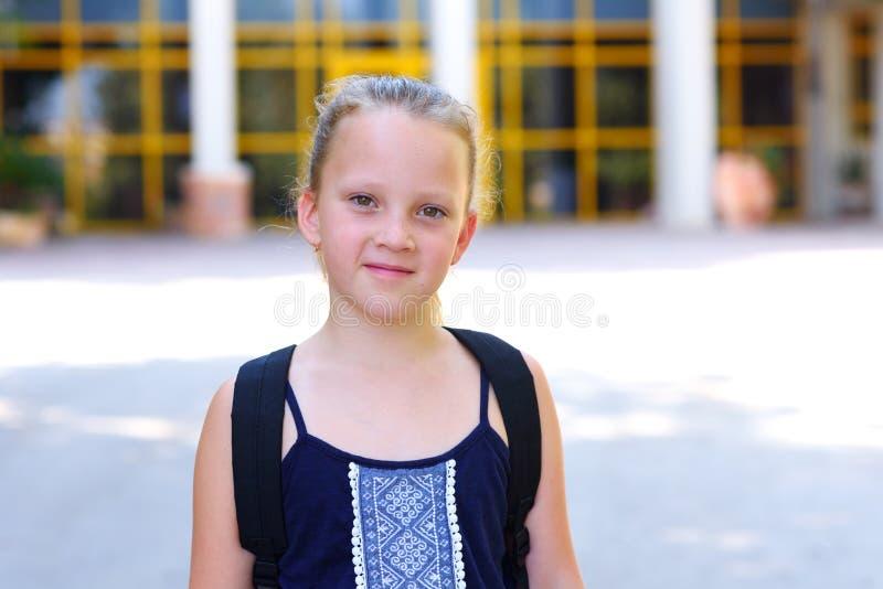 Criança de sorriso feliz de Portrair de volta à escola imagem de stock royalty free