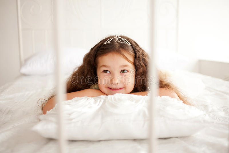 Criança de sorriso feliz que acorda imagens de stock royalty free
