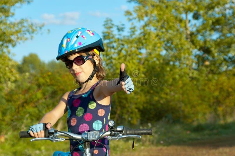 Criança de sorriso na bicicleta fotografia de stock royalty free