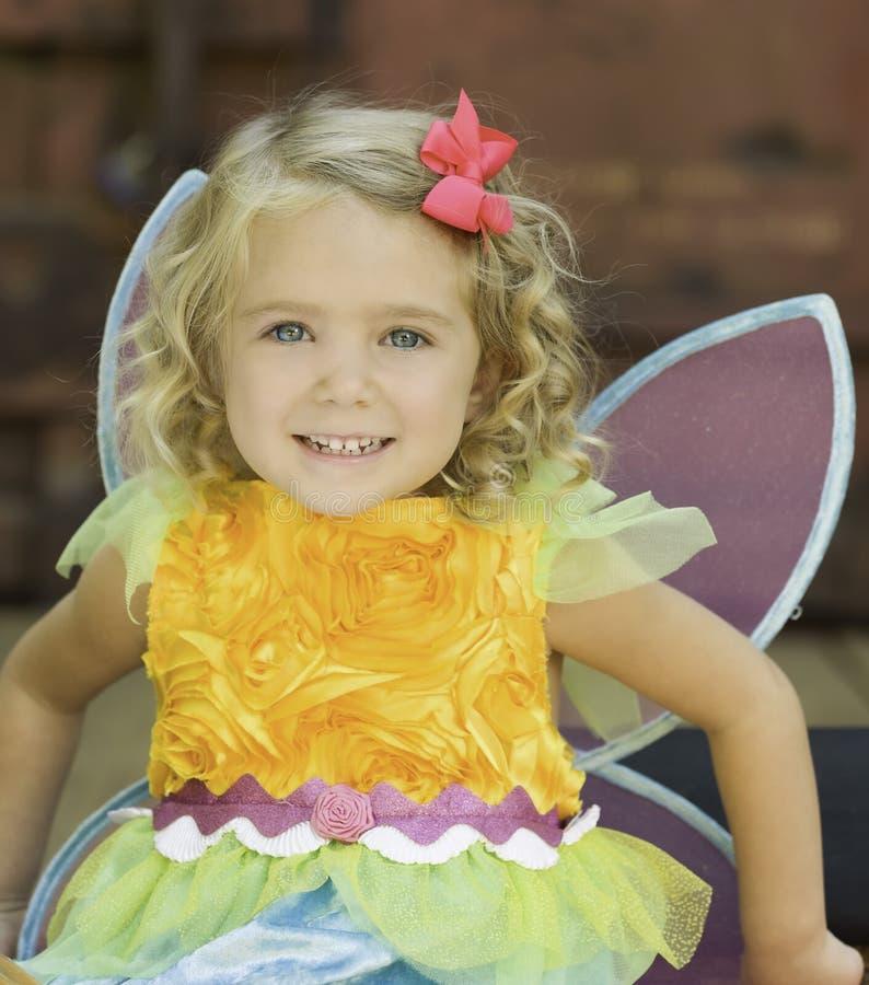 Criança de sorriso no traje de Dia das Bruxas da fada foto de stock royalty free