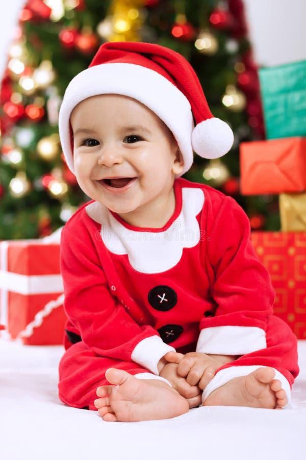 Criança de sorriso Papai Noel do bebê com presentes imagem de stock