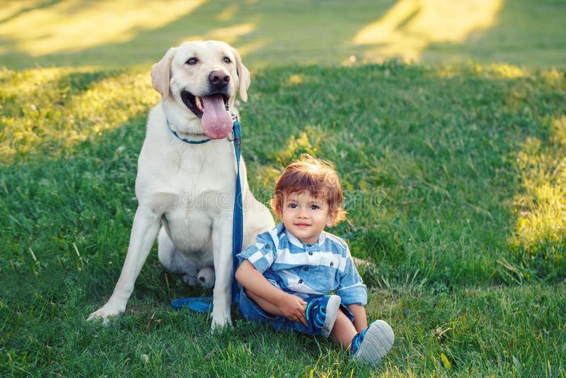 Criança de sorriso que guarda o animal de estimação doméstico animal Conceito feliz da infância foto de stock royalty free