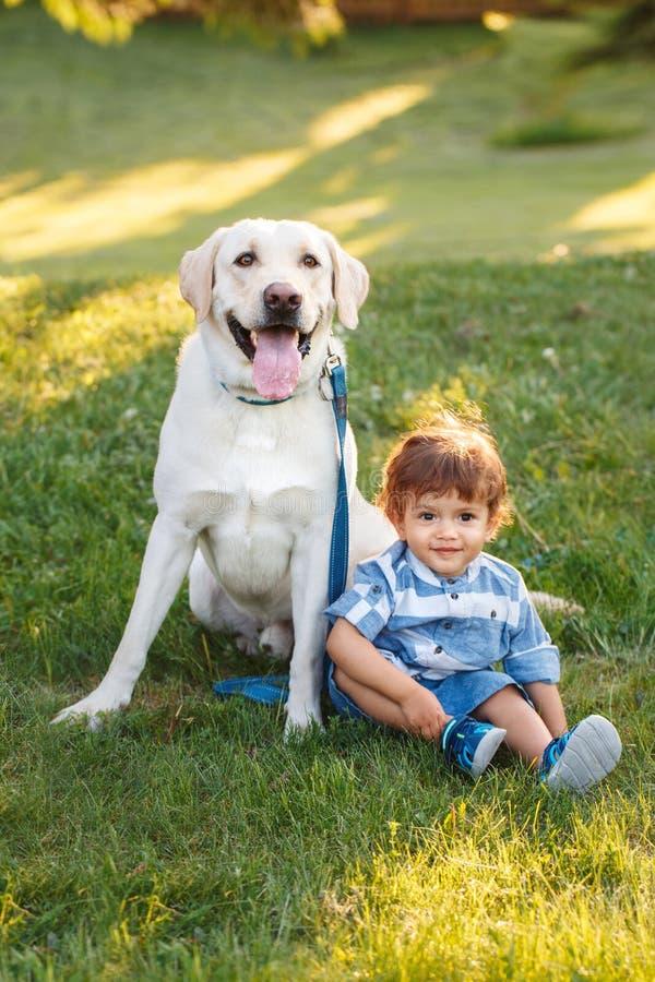 Criança de sorriso que guarda o animal de estimação doméstico animal Conceito feliz da infância fotos de stock