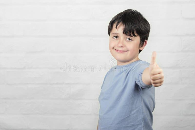 Criança de sorriso que mostra os polegares acima fotografia de stock