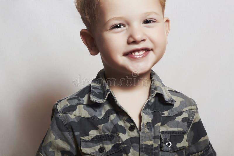 Criança de sorriso. rapaz pequeno engraçado. close-up. alegria. 4 eyers velhos. camisa militar fotos de stock royalty free