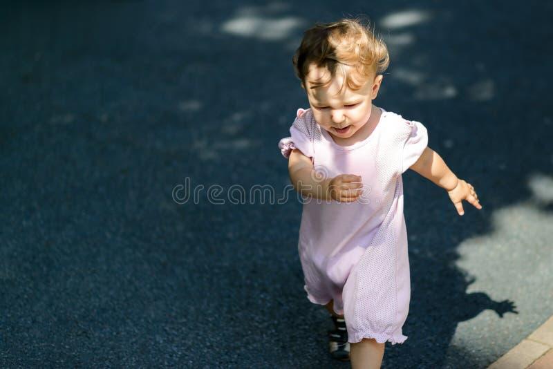A criança de um ano corre fora foto de stock royalty free