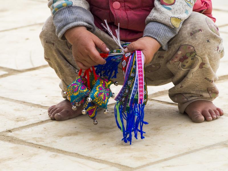 Criança de Unidentifed que vende o conceito da exploração de criança das lembranças - imagens de stock royalty free