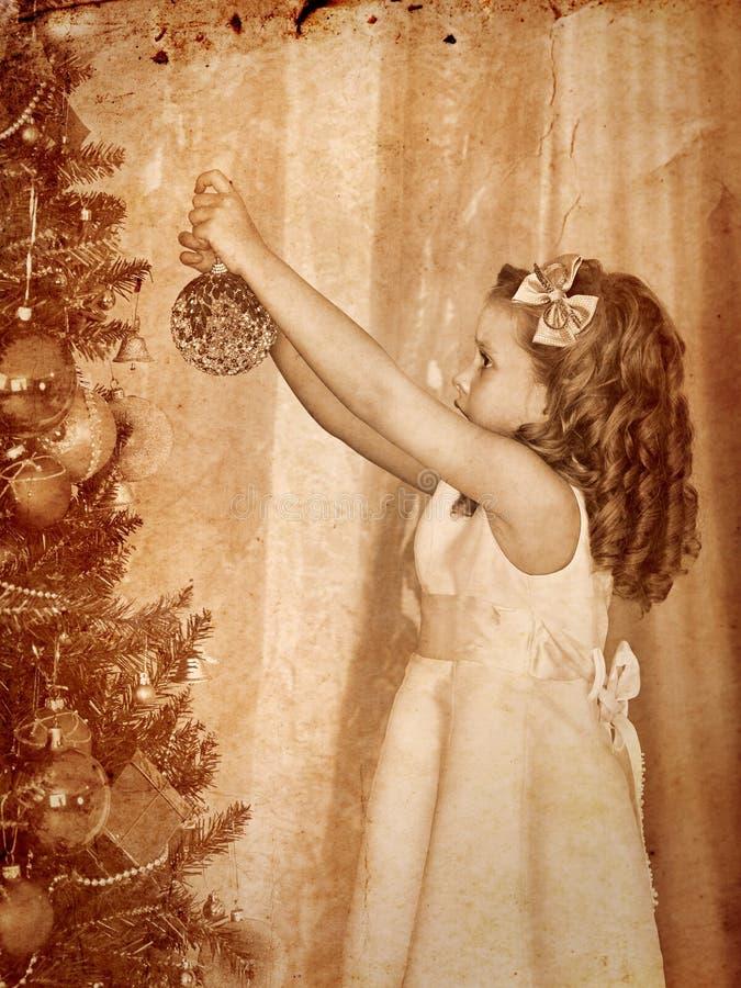 A criança decora na árvore de Natal fotos de stock royalty free