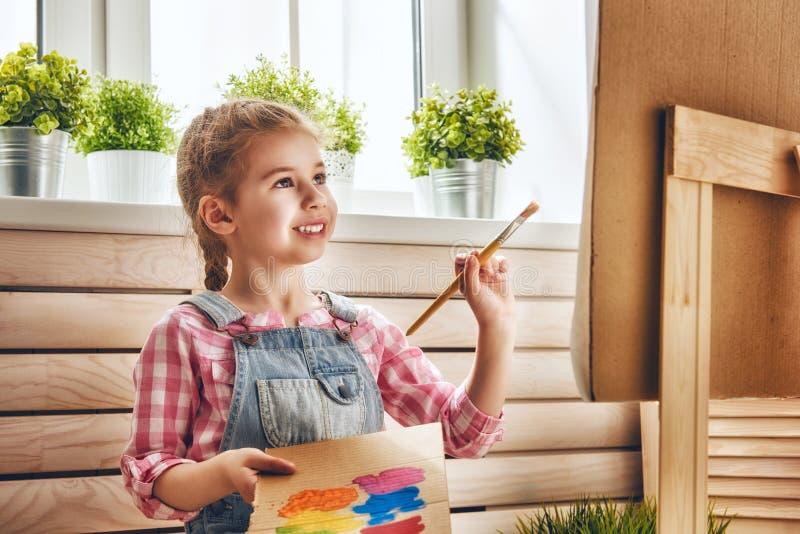 A criança desenha pinturas foto de stock royalty free