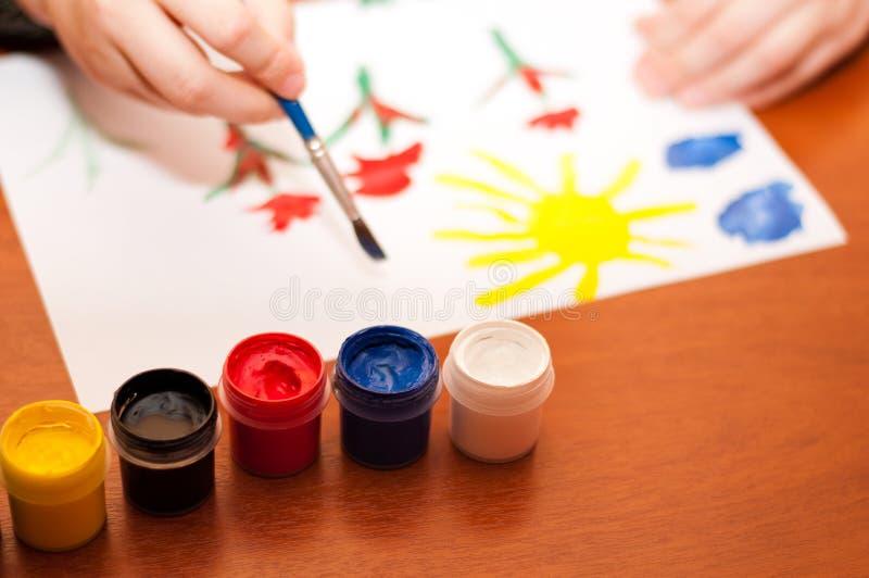 A criança desenha pinturas do retrato imagem de stock royalty free
