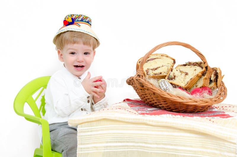 Criança do arranjo da Páscoa foto de stock royalty free