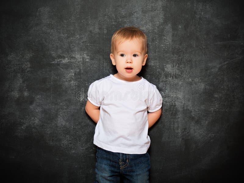 Criança do bebê e quadro-negro vazio imagens de stock