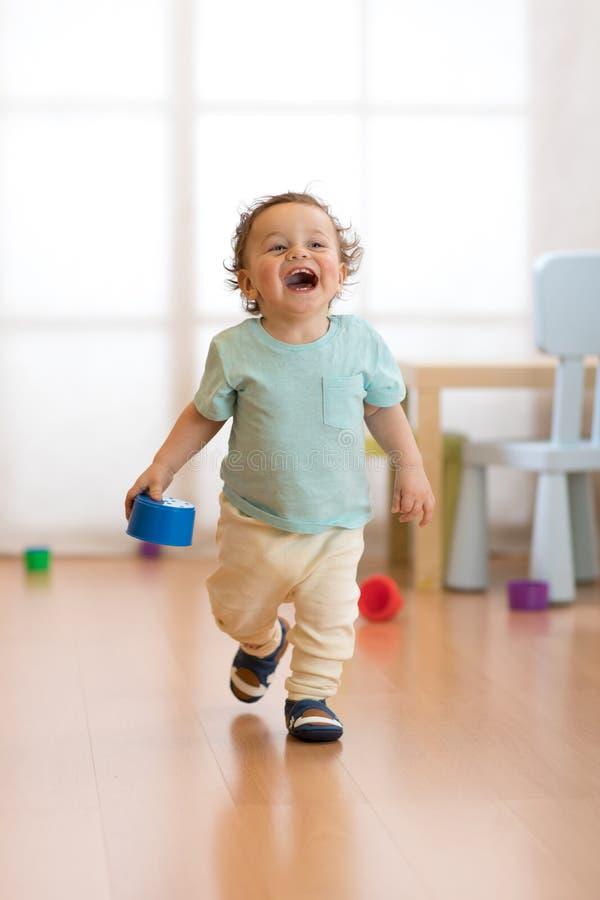 Criança do bebê que corre dentro imagens de stock