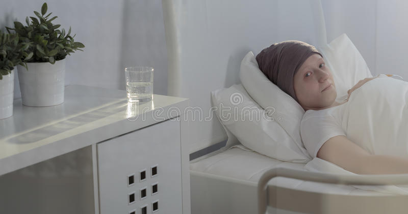 Criança do câncer que fica no hospital fotografia de stock