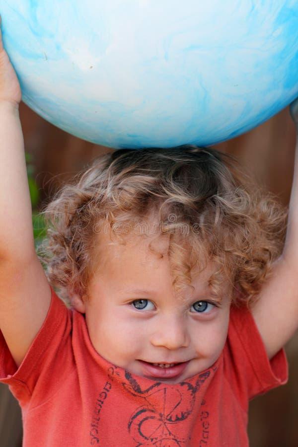Criança do close up com esfera imagens de stock royalty free