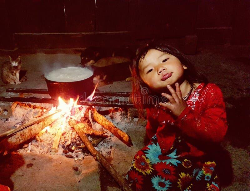 Criança do h' preto; tribo do mong fotos de stock