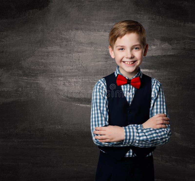Criança do menino de escola, estudante Kid da forma, quadro-negro foto de stock