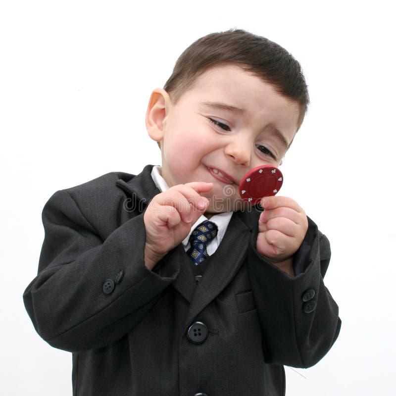 Criança do menino que joga com microplaquetas do póquer imagem de stock royalty free