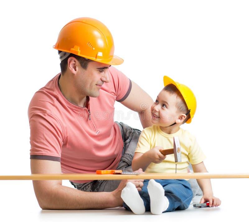Criança do pai e do filho que trabalha junto foto de stock royalty free