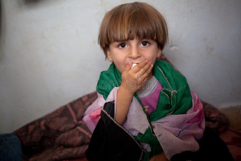 Criança do refugiado envolvida na bandeira síria livre caseiro, Atmeh, Síria. foto de stock royalty free