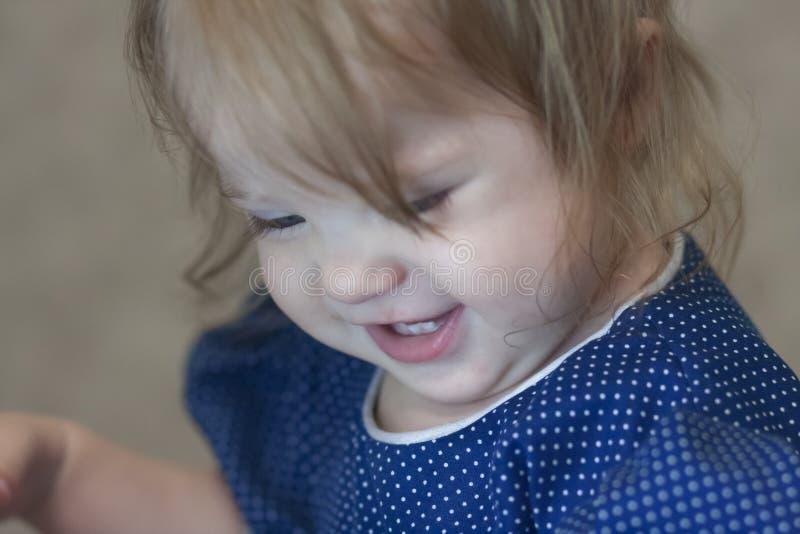 Criança do sorriso princesa pequena em um vestido azul fotos de stock