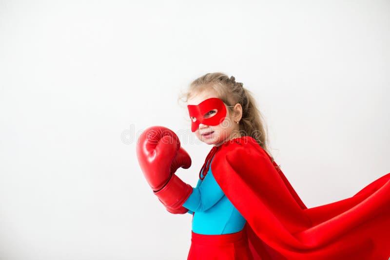 Criança do super-herói nas luvas de encaixotamento isoladas no fundo branco imagem de stock royalty free