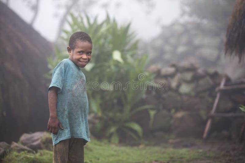 Criança do tribo de Dani em seu pátio traseiro fotografia de stock royalty free