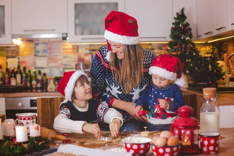 Criança doce da criança e seu irmão mais idoso, meninos, mamã de ajuda p imagem de stock