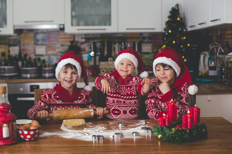 Criança doce da criança e seu irmão mais idoso, meninos, mamã de ajuda p fotos de stock