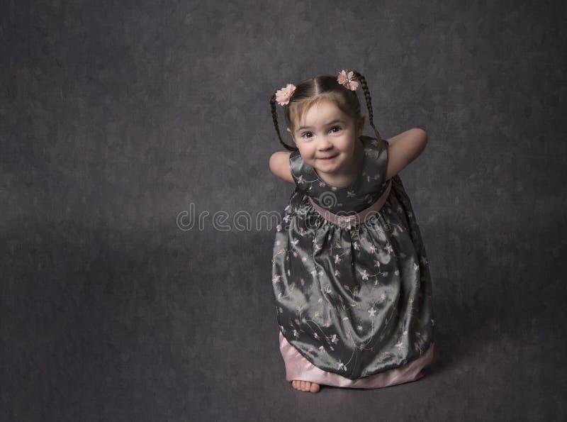 Criança doce, pequena com expressão perniciosa imagem de stock royalty free