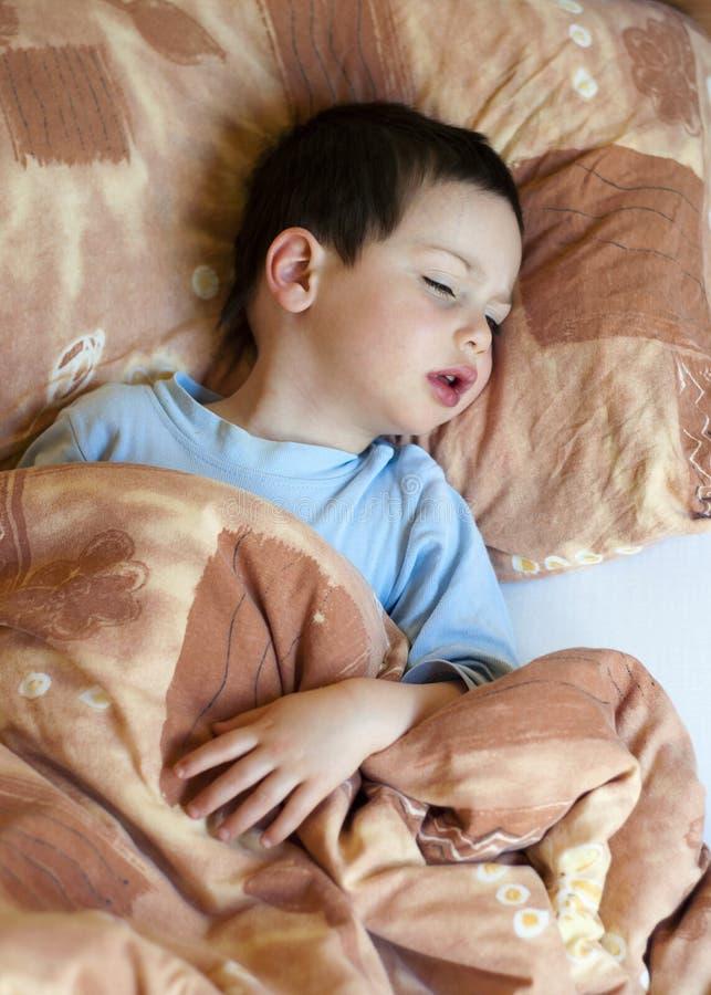 Criança doente na cama fotos de stock royalty free