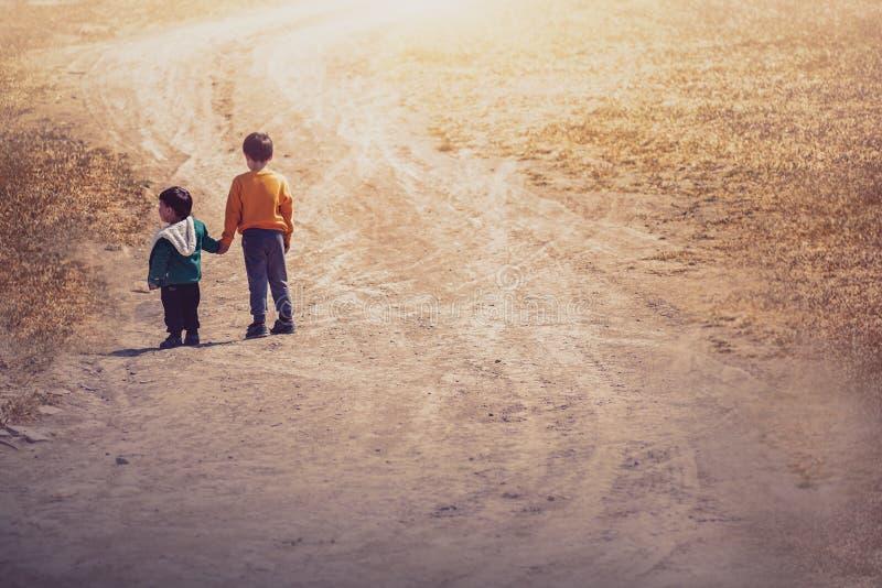 Criança dois no campo fotos de stock royalty free