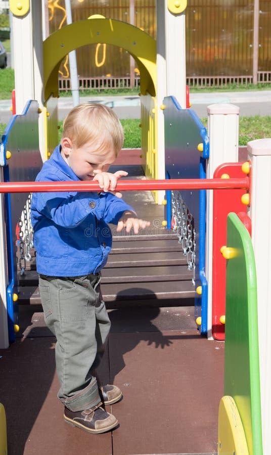 Criança dos anos de idade em uma caminhada fotografia de stock