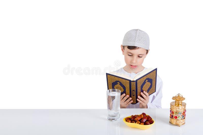 Criança dos muçulmanos na ramadã fotos de stock royalty free