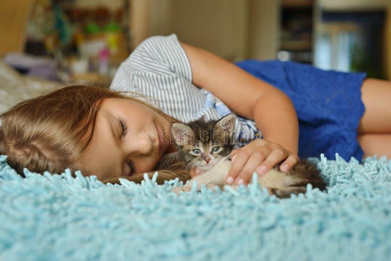 Criança e animal de estimação imagem de stock