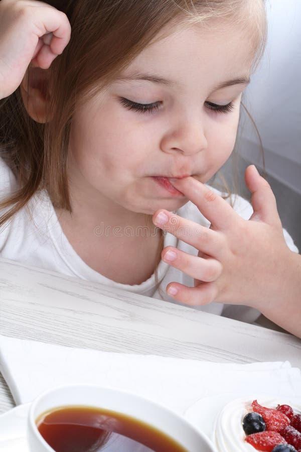Criança e bolo fotos de stock royalty free