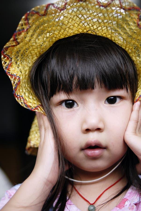 Criança e chapéu asiáticos foto de stock