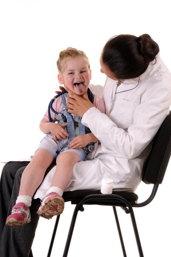 Criança e doutor: verificação da garganta foto de stock