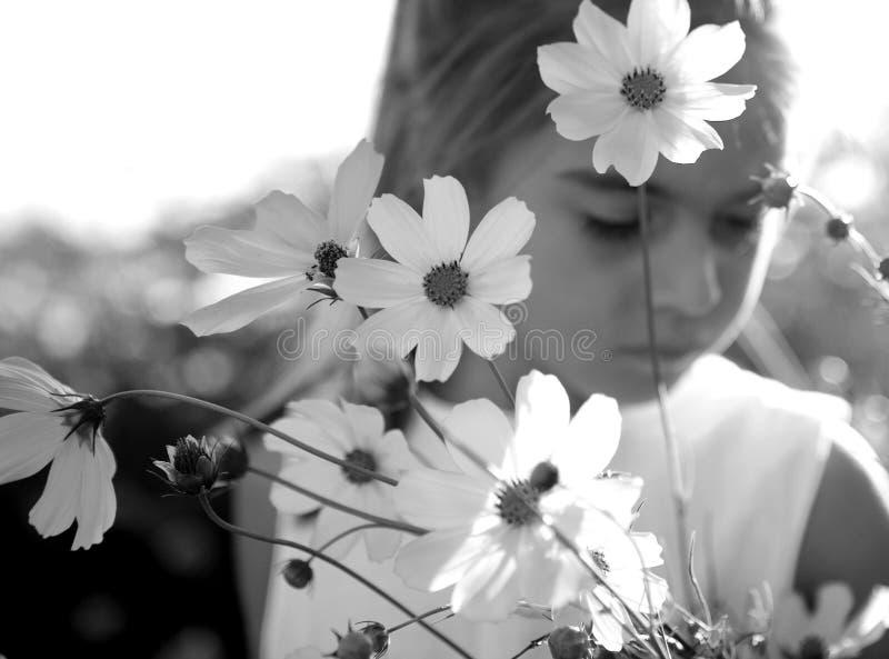 Criança e flores foto de stock