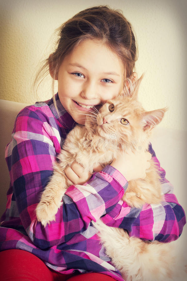 Criança e gatinho foto de stock royalty free