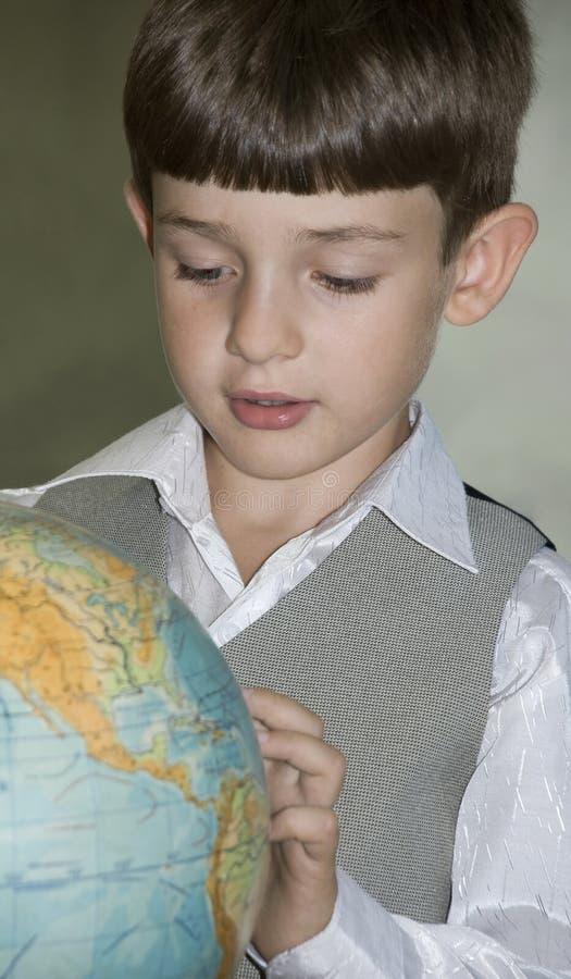 Criança e globo imagens de stock