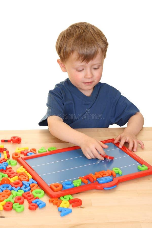 Criança e letras foto de stock