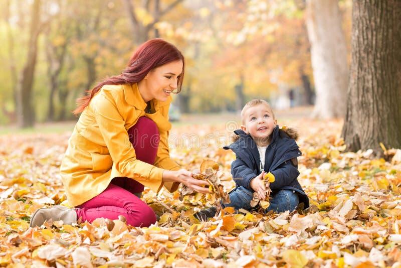 Criança e mãe no parque fotos de stock